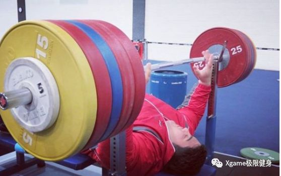 目前,他的卧推PR已经达到了311公斤