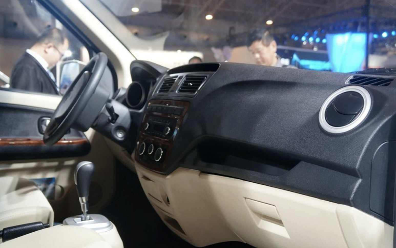 长安睿行EM80正式上市 续航330公里 售价9.68万元和9.88万元