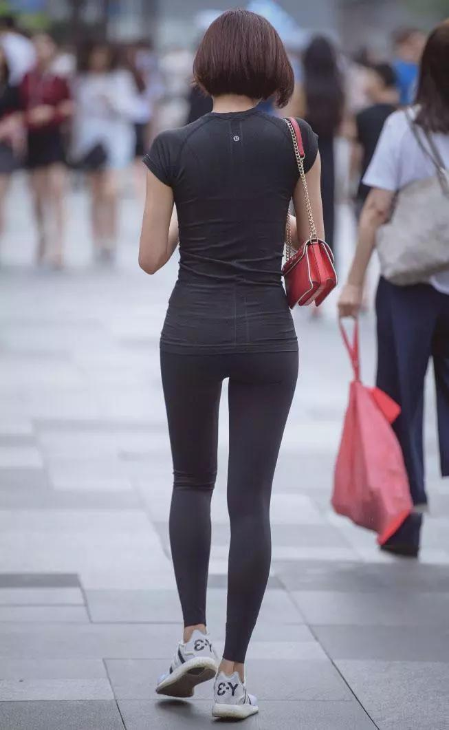 街拍:健身美女紧身裤穿出优美身材,走在路上就是养眼!