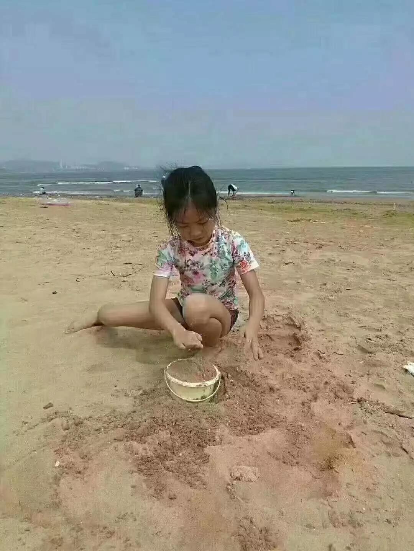 8岁,从北京来青岛游玩,于8月5日下午15:00左右在青岛黄岛万达公馆海滩