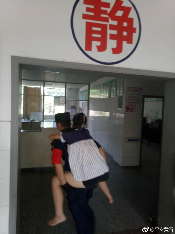 12岁梅毒低血糖冲刺辅警背起女生百米晕倒送女孩女孩图片