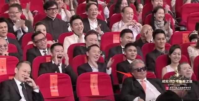 王宝强胡子拉碴领奖,一句话让上千明星鼓掌、吴京为他呐喊!