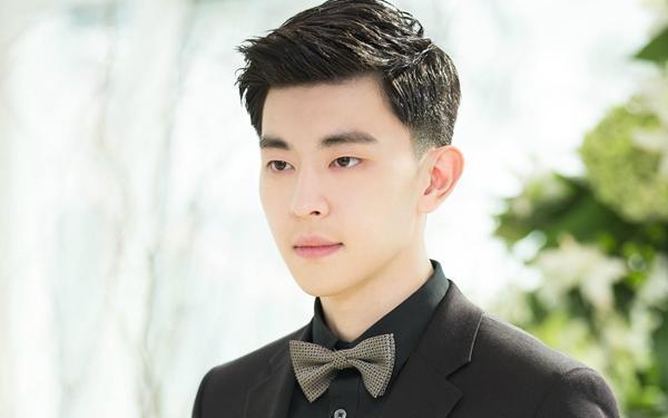 娱乐圈中男星掀起刘海:任嘉伦帅气,朱正廷邪魅,罗云熙图片