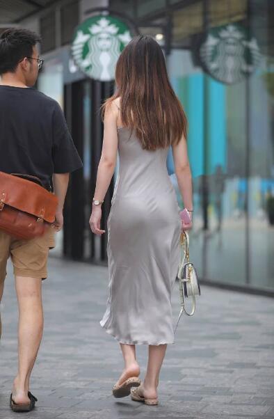 穿银白色美女连衣裙小姐姐,秀出优美的身姿,很21吊带的诞生集图片