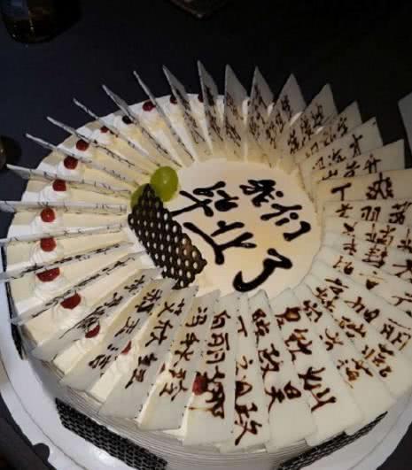 毕业生晒出毕业蛋糕,大蛋糕上写满了同学的名字,网友:像花圈!