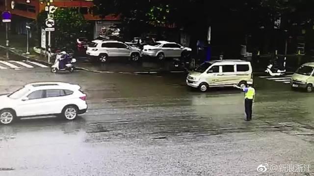 """""""拿着!""""交警冒雨执勤,""""霸道""""司机强行送伞"""