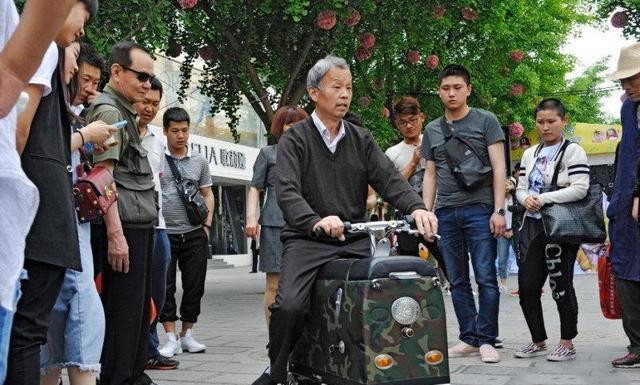 7旬老人发明<em>拉杆</em>箱式电动车, 功能齐全, 方便实用!
