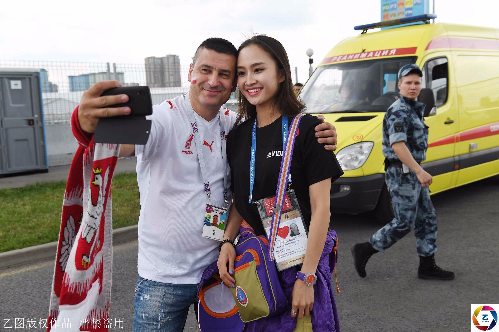 世界杯志愿者中国女孩,因太美常被球迷搂着拍