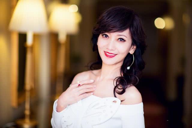 63岁赵雅芝近照,明明是婆婆的年纪,却美成20少女般