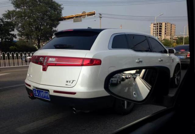 遇到这台5米多长SUV你会是什么反应? 群众: 没见过, 应该挺贵吧!