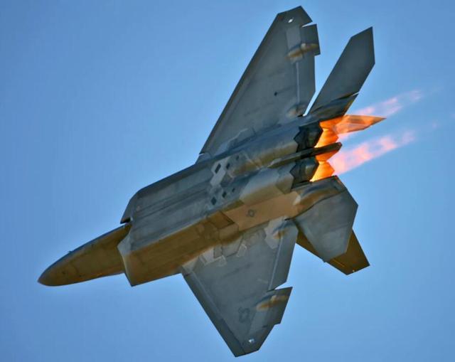 f22战斗机为何死活不复产,原来被歼20战斗机虐了!