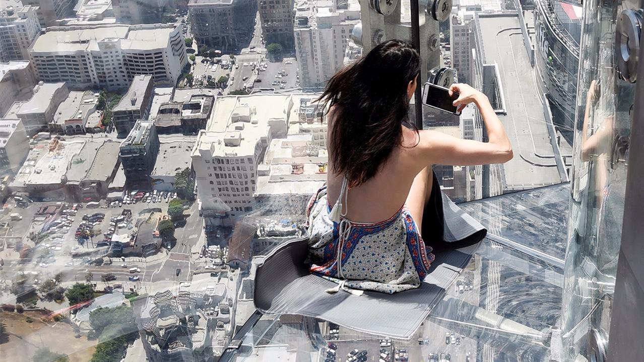 """美国推出""""天空滑梯"""",300米高空的玻璃滑梯,玩的就是心跳!"""