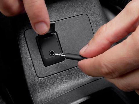 去了N次4S店,才清楚车上<em>AUX</em>插口是这么用的,许多人都不懂!