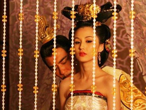 偷干别人老婆乱伦小�_她背着皇帝淫乱宫闱,将情人偷带进宫,皇帝得知后却为何不废后