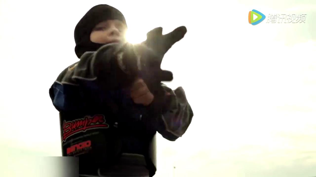 视频:输在起跑线上了,超酷宝宝赛车手2岁PK4岁,帅呆了