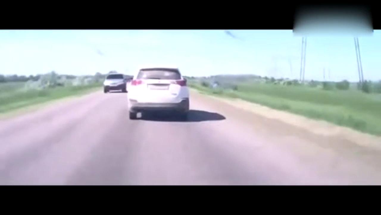 丰田RAV4自己开都能跑沟里去,翻了无数个跟头