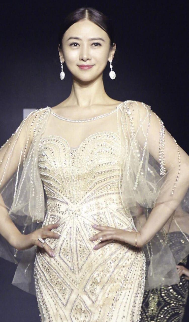前段时间翁虹在微博上晒了几张走秀的照片,翁虹一身浅色礼服显得优雅