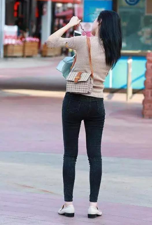 轻熟女自拍_街拍:气质小姐姐牛仔裤搭配尽显轻熟女范儿,嘟嘴卖萌尽情自拍