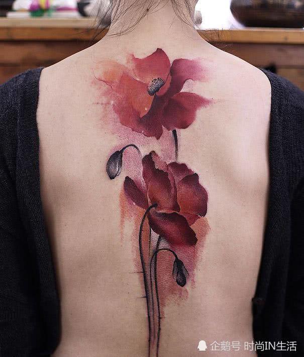 她们的后背开出了花,美得令人心悸,脊椎创意纹身了解图片