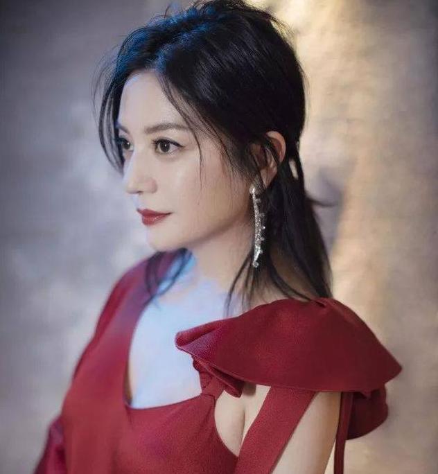 金像奖:温碧霞发型不变,赵薇修图前后差别大,她获最佳图片