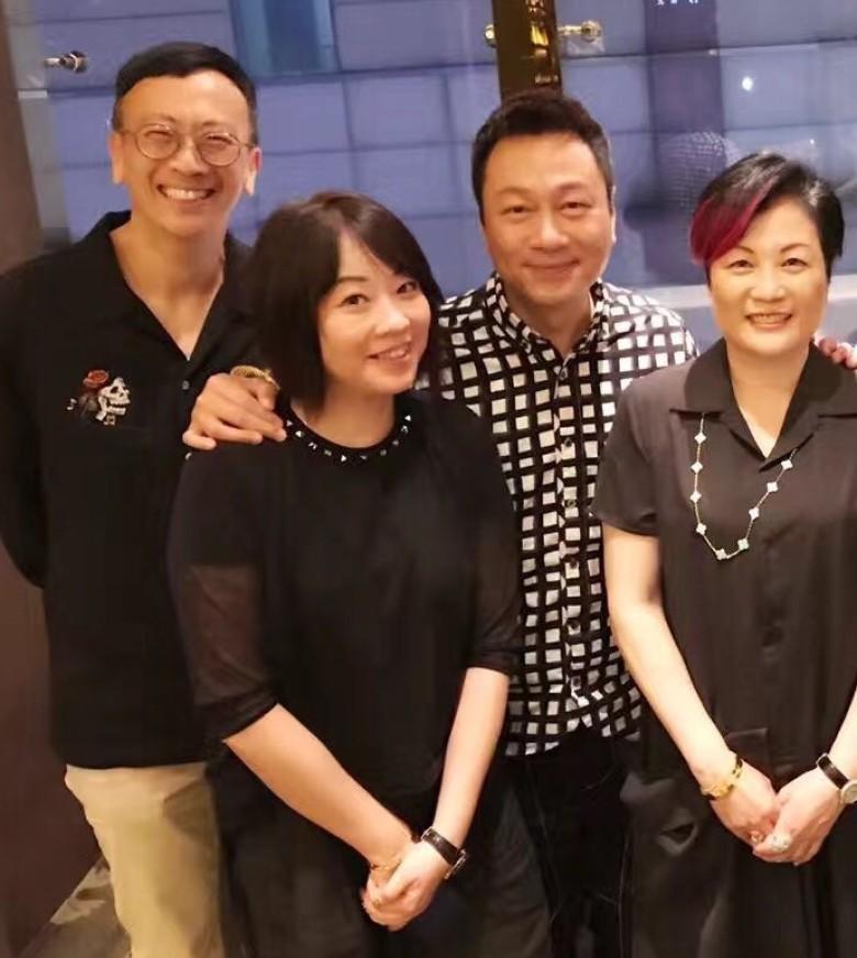 当然黎耀祥庆祝生日他的老婆又怎么会不在,看看郑丹瑞笑的这么开心,不