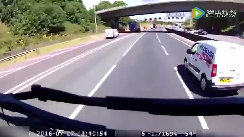 小车高速路上连续别停几十吨大车,这是在找死吗