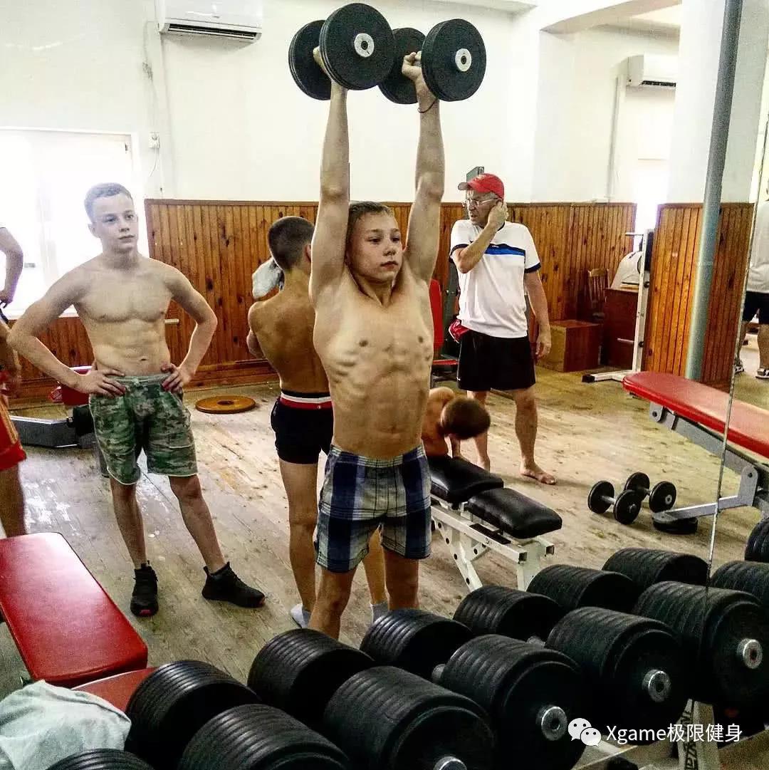 """还有各种针对体操进行的专项训练,比如下面这个""""千脚观音"""""""