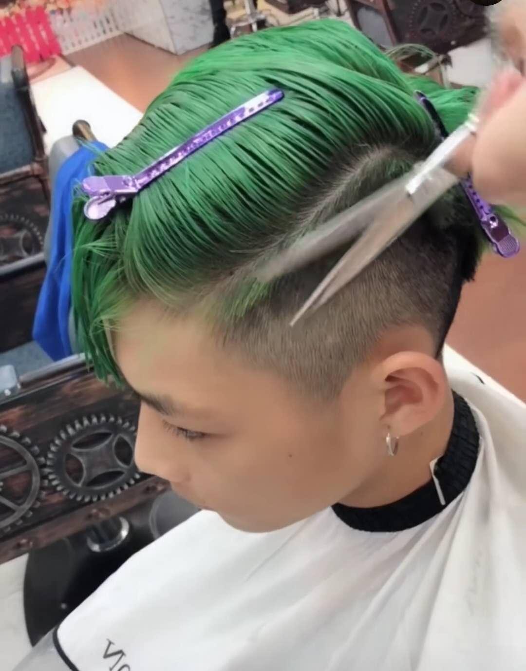 00后小帅哥换发型,理发师用碗给他理发,变身绿毛怪更加社会了