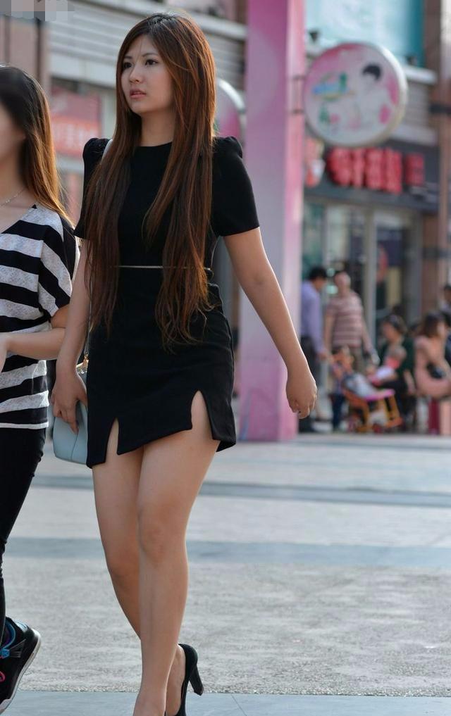 实拍街头身姿曼妙的短裙美女连体,大长腿掩不住美女夏天秀腿图片