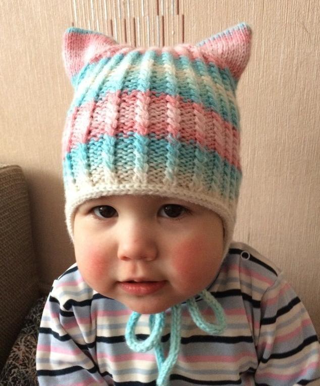 这款婴儿针织帽子融入了小动物的元素,头上顶着两个小角,就像一只
