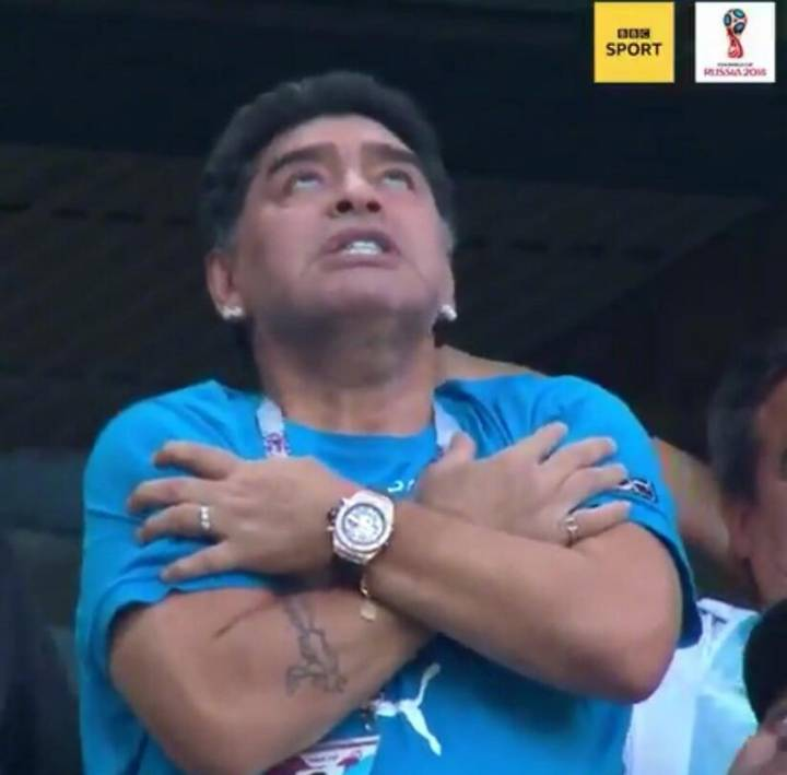 马拉多纳助威阿根廷生死战,忐忑比赛贡献表情包,最后昏厥离场图片