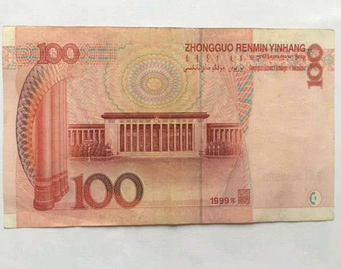 这种百元大钞属于设计失误,如今市面罕见,这种冠字一张能顶三张