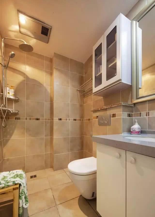 浴室铺满瓷砖,易清洁打扫
