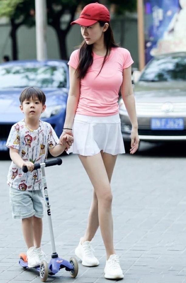 时尚街拍美女:傲人上围的辣妈,看呆了整条街的人.