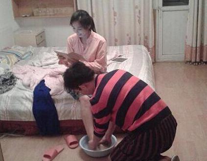 大哥,你给媳妇洗脚可以,但你跪下是几个意思