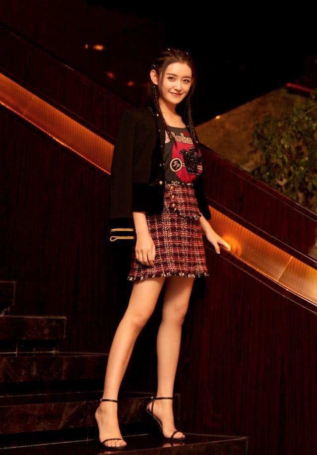 蒋依依太亮眼了,不仅娱乐圈在等她长大,时尚圈也在等她的穿搭!