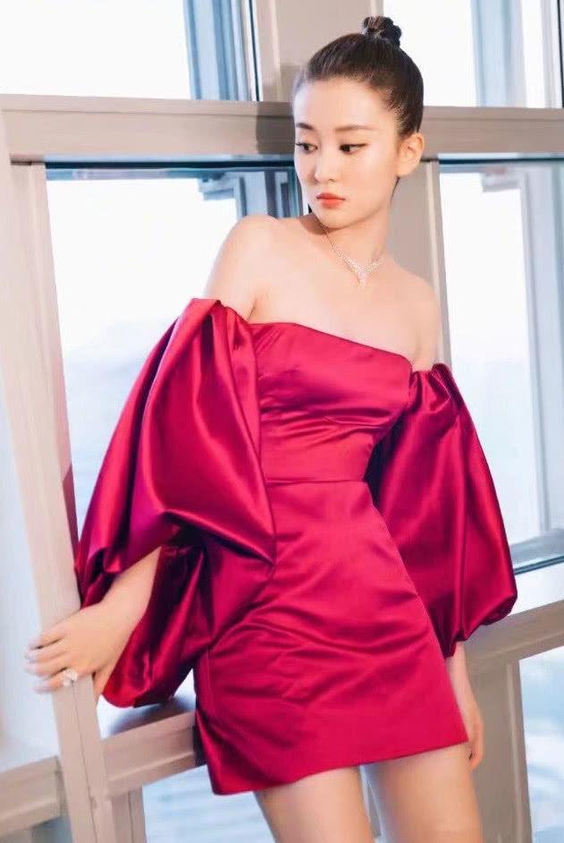 """乔欣真敢穿,一身红色抹胸连衣裙妩媚性感,网友:看着像""""床单"""""""