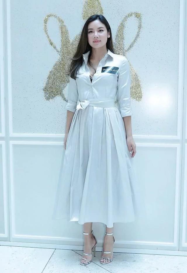 林心如与乐基儿撞衫,穿同一款长裙,大四岁的她却更显年轻!图片