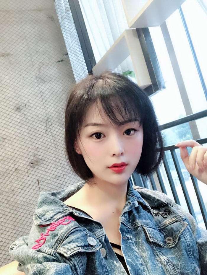 春季流行的两款女生发型 网红刘海和减龄短发