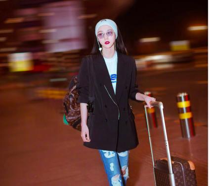 范冰冰烈焰红唇亮相机场,双A国际影后携新作出