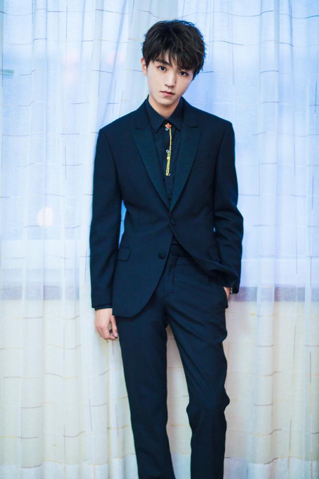 一身藏青色西装套装的王俊凯帅气天际.