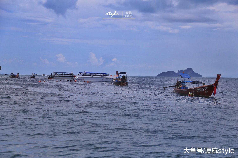 """7月5号下午,""""凤凰""""号和""""艾莎公主""""号在普吉岛附近海域突遇特大暴风雨"""