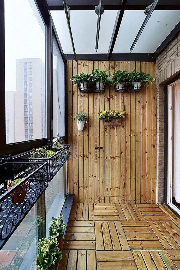 阳台装修别再贴瓷砖了,现在都铺这种防腐木,好看又实用!