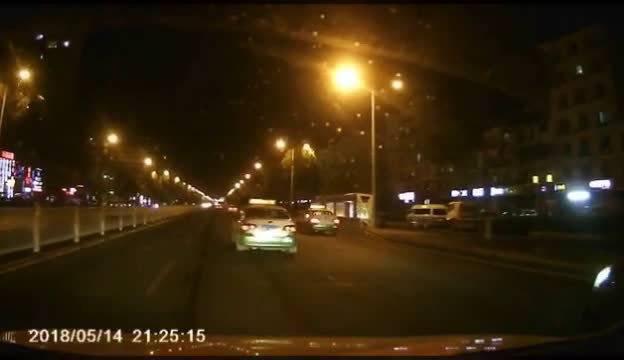 吉林突发 昨晚在解放北路手拉手KTV门前路段,一辆越野车行驶中底盘上的备...
