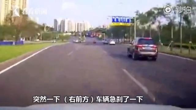 女子戴耳机骑车横穿道路被撞,司机依旧要负责任