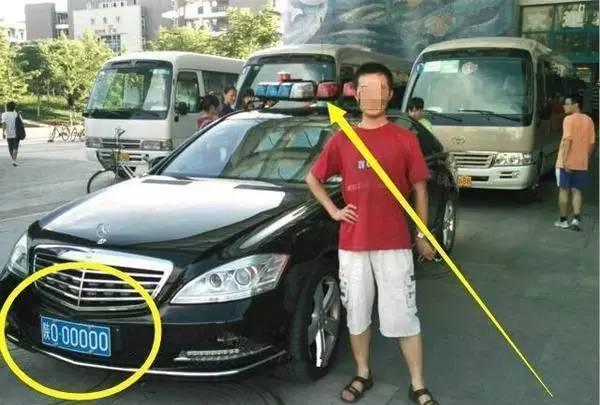 这辆奔驰上路, 车辆主动纷纷让道, 过收费站竟不用缴费!