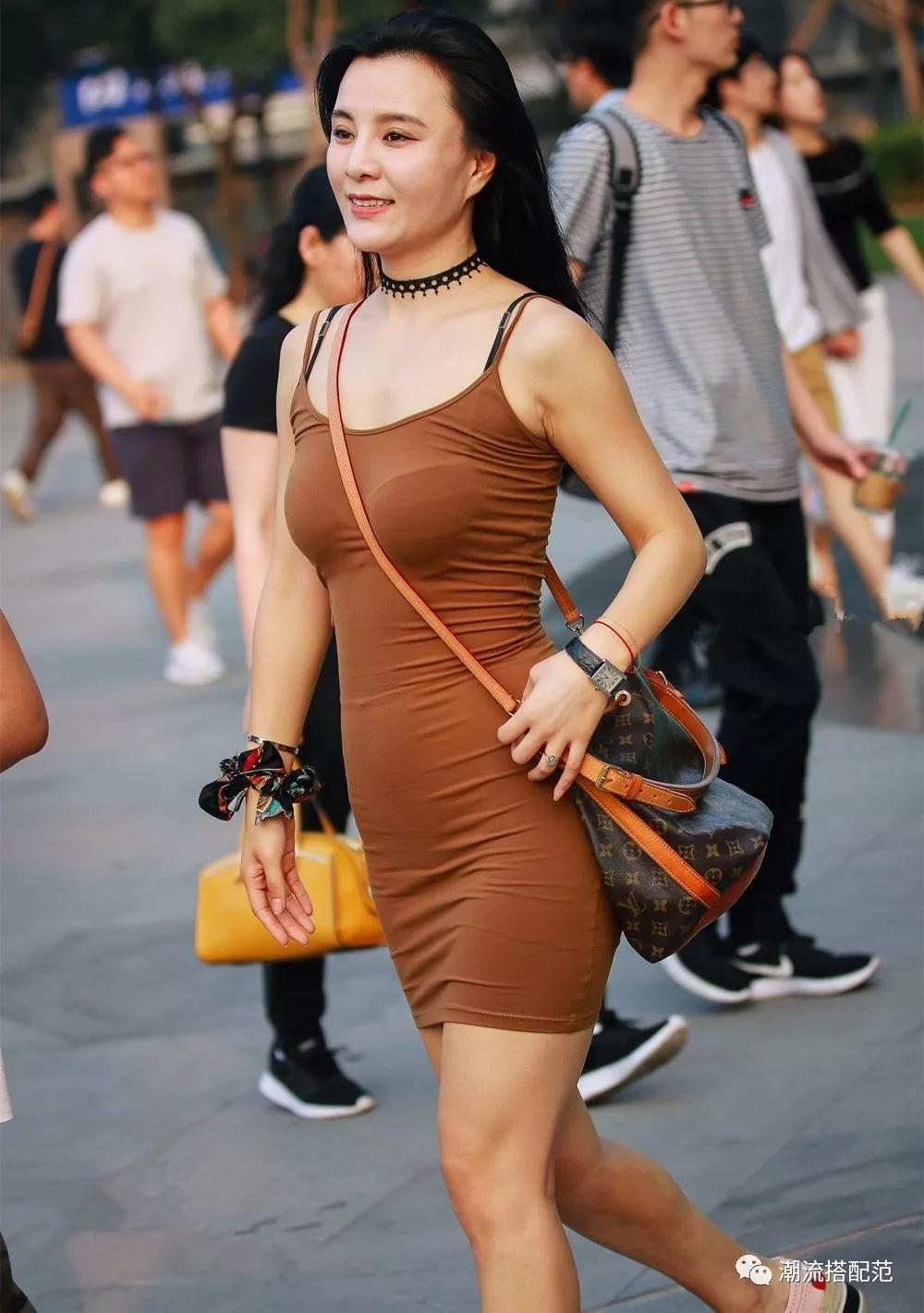 街拍: 肥美的紧身牛仔裤美女, 饱满曲线撑起美感, 女人味十足