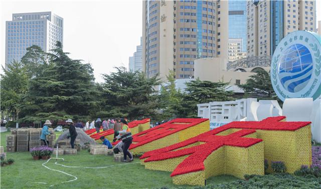 鲜花锦簇美如画!青岛五四广场国庆花坛开始布置
