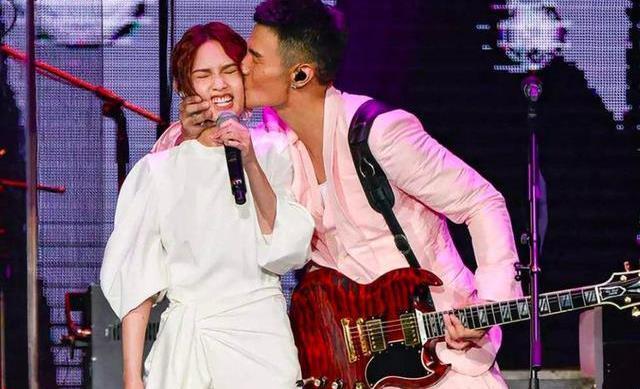 杨丞琳与前男友同台,2人相拥哭泣,网友:李荣浩正在家里摔碗