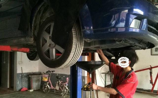 那这两种方式有各有什么优缺点吗?对汽车而言那种方式更好呢? 第一种是传统方法,唯一的缺点就是比较麻烦,要把汽车顶起,然后人要钻到汽车底下拧开螺丝等它自然放完。但是它的优点很明显,就是能把机油里的杂质全部放出来。我们都知道 ,发动机一直在运转,难免有磨损的,很多细小的磨损件就参杂在在机油中,经过这样的更换,对我们车主来说肯定是好的。 第二种方法的优点就是修理工省事了,机油盖子一打开,高压吸枪插进去然后机器一开就可以了。人就可以干其他事了。但是它的缺点也是很明显的,就是不能完全的把发动机里的机油吸干净。 这